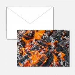 Brennende Glut vom Lagerfeuer