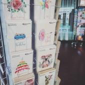 Unsere Graskarten 🥰 Entdeckt am Bahnhof Aarau bei @buchhaus.ch  Wo kauft ihr unsere Karten am liebsten ein? 🛍 . . . . . #naturverlag #grusskarte #karte #kartenausgraspapier #kartenausgras #kreativ #shopping #kartenschreiben #schreibenaufpapier #greetings #print #gras #creative